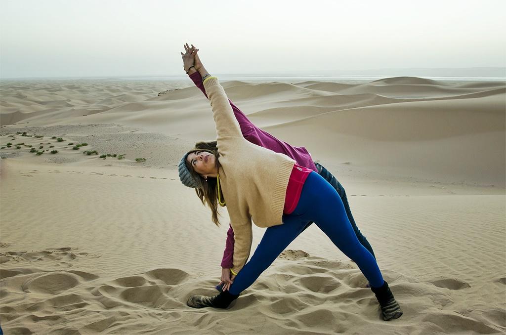 saludo sol sahara (yoga con amba yoa en lanzarote)